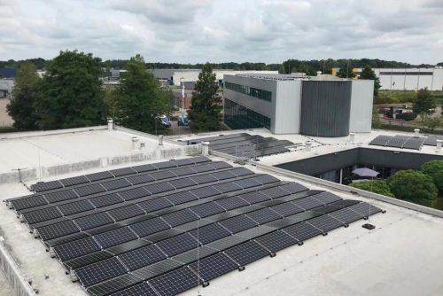 De zonnepanelen op het dak van Boom B.V.